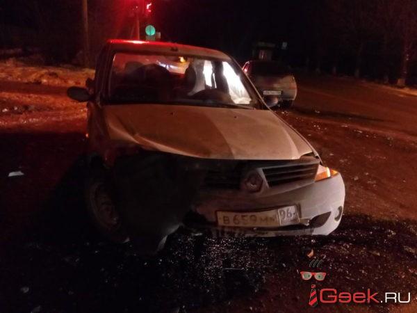 ДТП на одном из перекрестков Серова: травма у непристегнутого водителя и штрафы обоим участникам происшествия