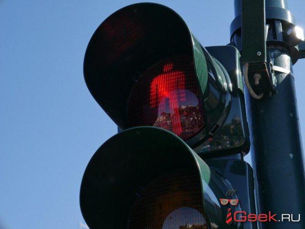В Ярославле водитель наехал на упавшую женщину, как только на светофоре ему загорелся «зеленый». ВИДЕО