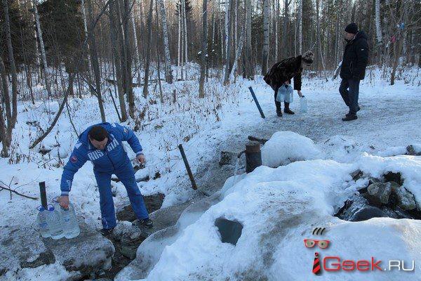 Денег нет — ремонта не будет? Серовские чиновники обещают только уборку снега и мусора у родника на «Поляне любви»
