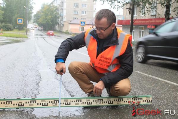 В Серове депутат обнаружил колею на недавно отремонтированных дорогах