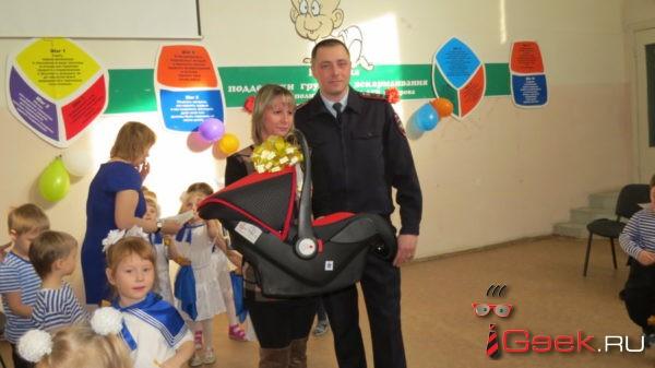 В Серове госавтоинспекторы вручили беременной женщине автолюльку для новорожденных