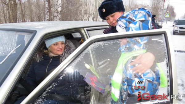 Перед 8 Марта сотрудники ГИБДД и юные инспекторы движения Серова поздравляли женщин-водителей