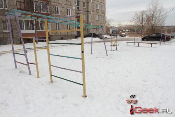 Двор дома, в котором живет глава Серова Елена Бердникова, благоустроят почти на 8 миллионов рублей. Там появятся волейбольная площадка и скамейки «Бабулька»