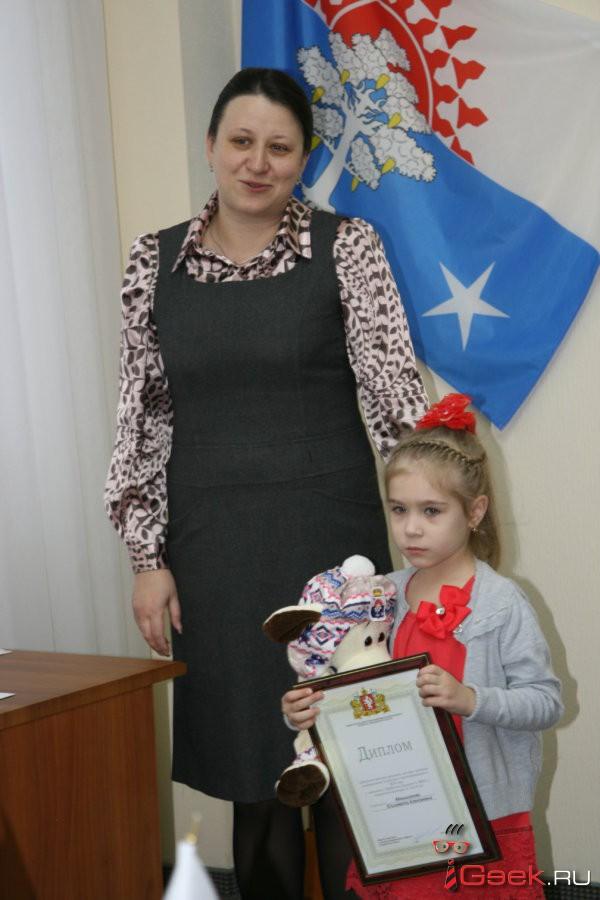 Глава Серова Елена Бердникова по поручению министра ЖКХ Николая Смирнова наградила юную серовчанку