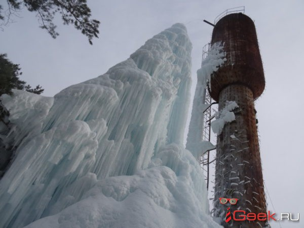 В Карпинске вырос ледяной сталагмит высотой с дом. Фото