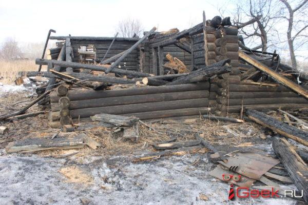 В Серове рядом с торговым центром Nebo сгорел заброшенный дом
