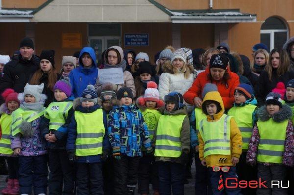 Около сотни серовчан присоединились к акции памяти погибших в кемеровском пожаре