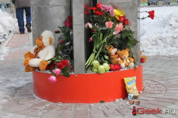 В память о погибших в кемеровском пожаре серовчане организовали стихийные мемориалы у «Ордена Победы» и управления ферросплавного завода
