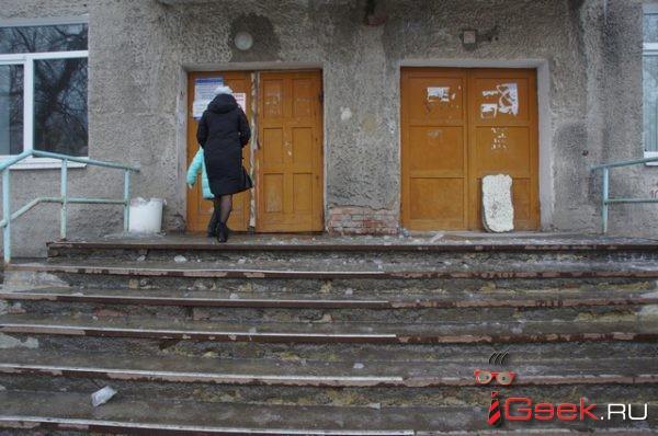 """""""Дворнику платят """"обалденно"""", он так и работает""""… Страшно подниматься в травмпункт Серова"""