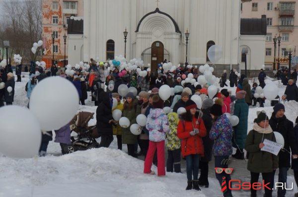 «Чтобы почтить»… В память о погибших в Кемерово несколько сотен серовчан выпустили в небо шары
