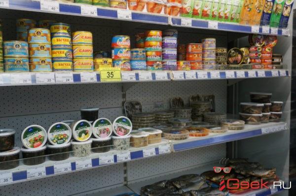 В магазине серовского поселка Красноглинный продавцы предлагают проверять продукты на свежесть самим покупателям. Видео