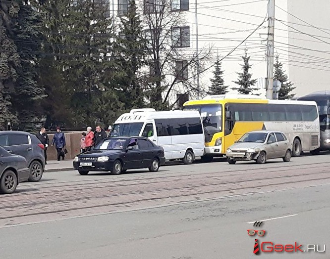 В Челябинске ветеранов привезли к Вечному огню на машинах… похоронного бюро