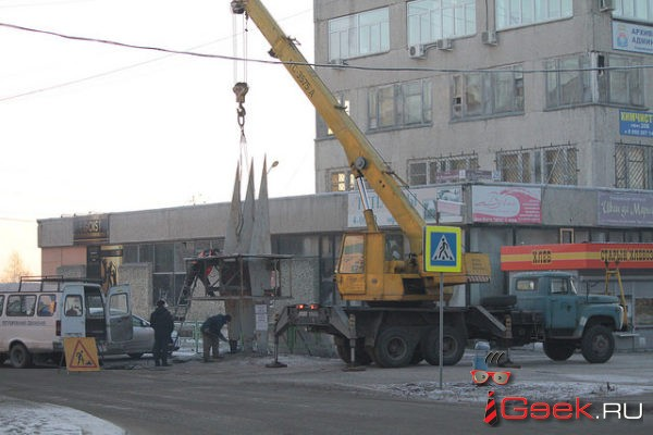 На улицах Серова демонтируют незаконные рекламные конструкции