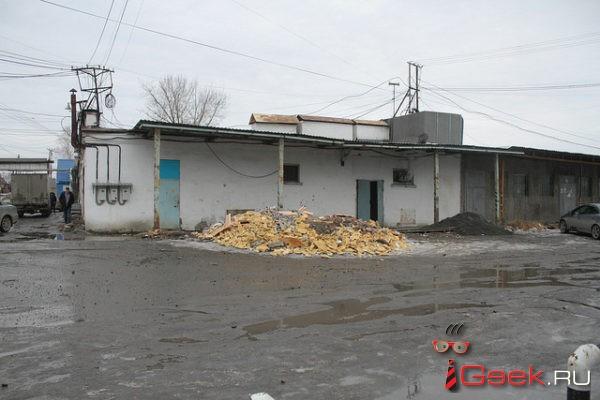 В Серове на месте гибели работника, которого насмерть придавило обрушившейся стеной, работают силовики