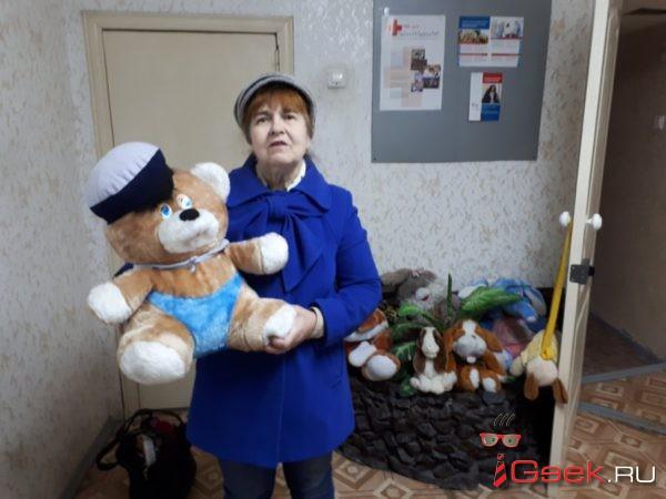 Красный крест начал раздавать мягкие игрушки, которые серовчане приносили к стихийным мемориалам памяти жертв пожара в Кемерово