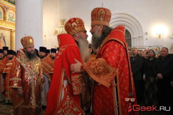 Митрополита Кирилла встретили хлебом и солью, а проводили колокольным звоном. В Серове прошла божественная литургия