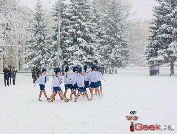 В Екатеринбурге юные участницы «Смотра строя и песни» маршировали в балетках по снегу