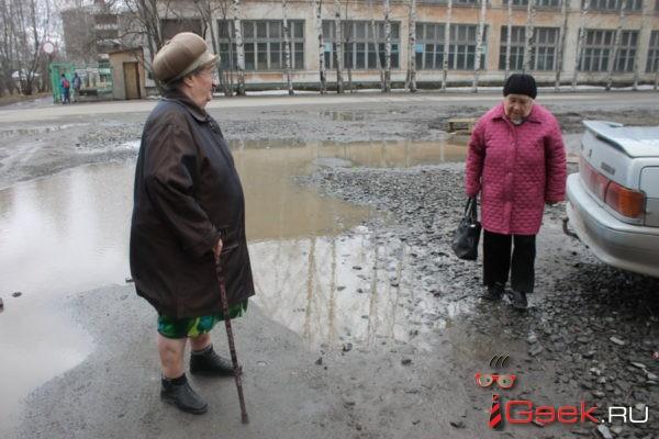 «Не могу сходить в магазин. Ноги промокают». Серовчанка жалуется на «болото» у дома