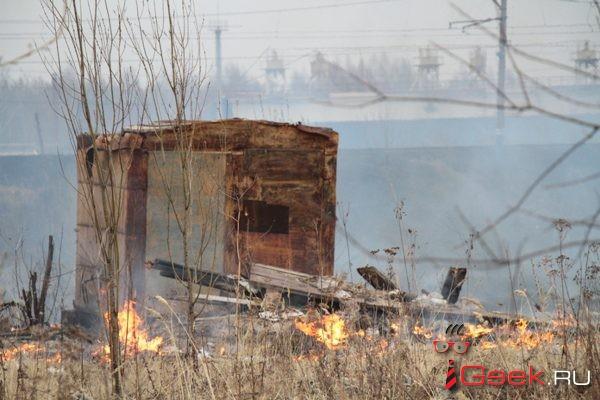 В районе локомотивного депо Серова сильно горит трава