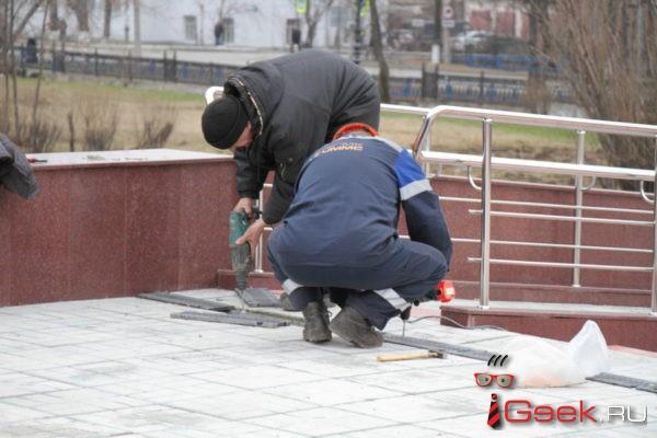 На площади у серовского Дворца культуры металлургов восстановили решетки водостока, которые школьники сдали в металлолом