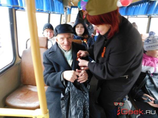 В День Победы по улицам Серова ездил «Поющий автобус»