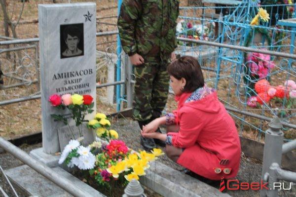 Мама Закира Амикасова, погибшего в Чечне больше 20 лет назад, впервые навестила могилу сына в Сосьве