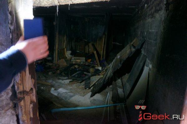 Серовчане сами побелили подъезд после пожара — за полторы тысячи рублей. Управляющая компания просила 45 тысяч