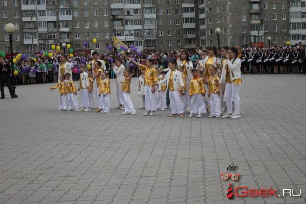 В Серове состоялись последние звонки. Выпускники прошли по центральной улице, распевая песни под барабанный бой