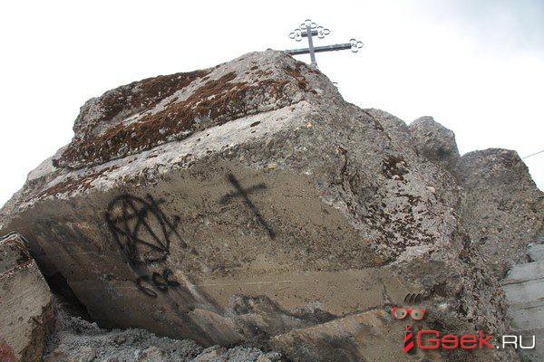 В Серове неизвестные осквернили мемориал на месте взорванного собора – изрисовали пентаграммами, «числом зверя» и именем лукавого