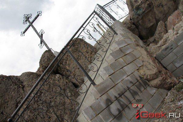 Сатанисты или хулиганы? В Серове осквернили мемориал на месте взорванного собора
