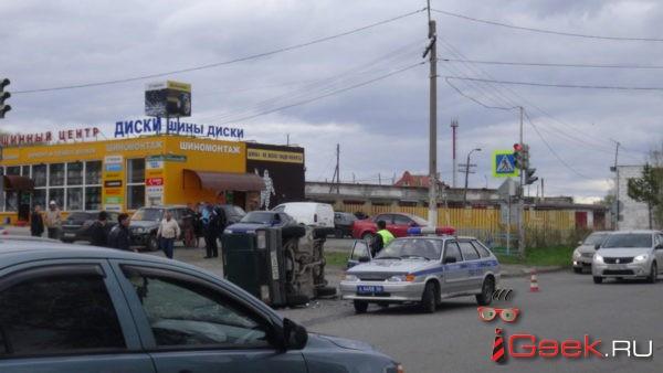 В Серове столкнулись три автомобиля. Причина ДТП — выключенный светофор и невнимательность