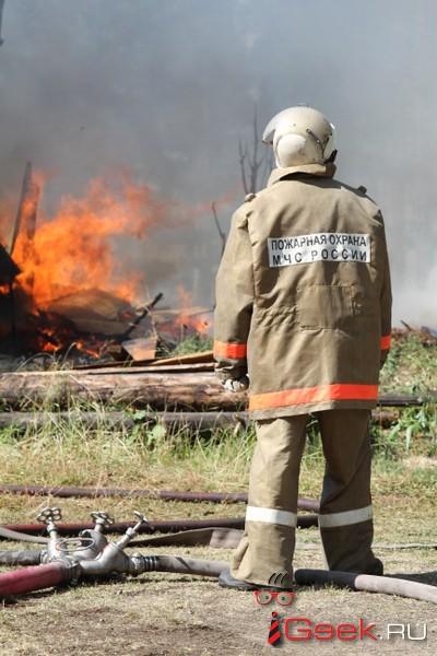 До поселка Красный Яр, который едва не уничтожил огонь, пожарным пришлось «добираться пешим ходом через мост»