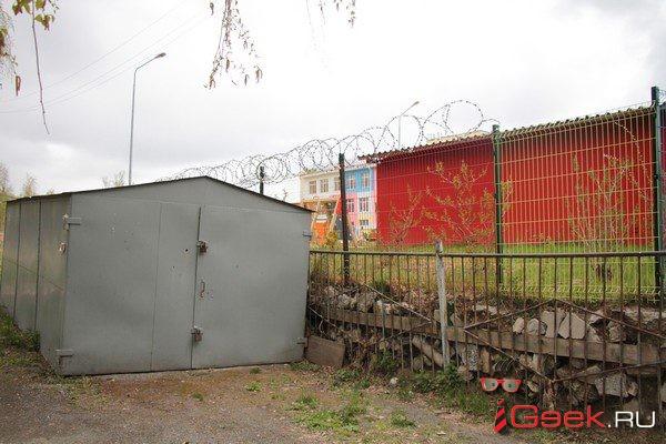В Серове детский сад оградили колючей проволокой – защита от «антисоциальных граждан»