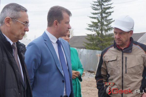 «Стройка начинается с туалета». Заместитель министра строительства области Василий Сизиков проинспектировал серовские стройки