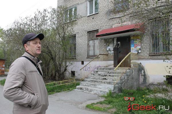 Серовчанин считает, что управляющая компания установила над подъездами дома опасные козырьки