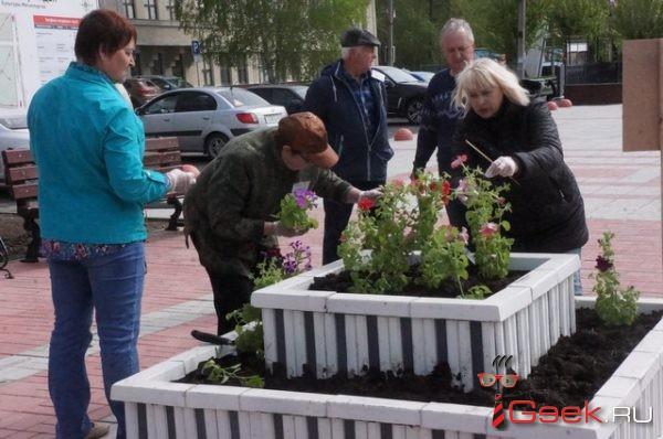 В Серове ветераны Надеждинского метзавода посадили петунии, сальвии, цинерарии и другие цветы