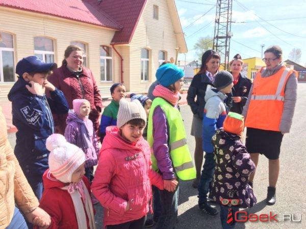 В Серове транспортная полиция вместе с детьми посадила цветы