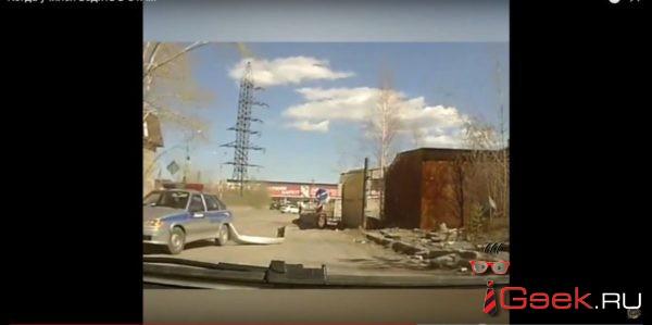В Серове на улице Черняховского полицейский, при развороте, на патрульном автомобиле оторвал задний бампер
