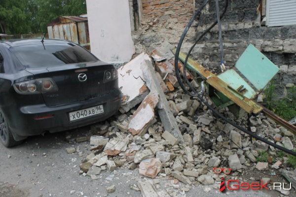 «Хорошо, что никого не убило». В Серове оборвало электрокабель, который упал во двор
