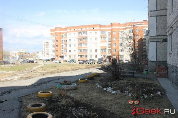 Администрация Серова побуждает Руслана Юсупова искать деньги для продолжения реконструкции двора дома Елены Бердниковой