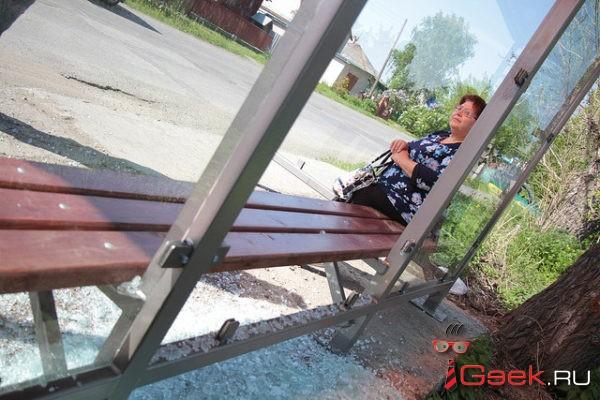 В Серове вандалы разбили новую стеклянную «антивандальную» остановку. Она не простояла и двух недель