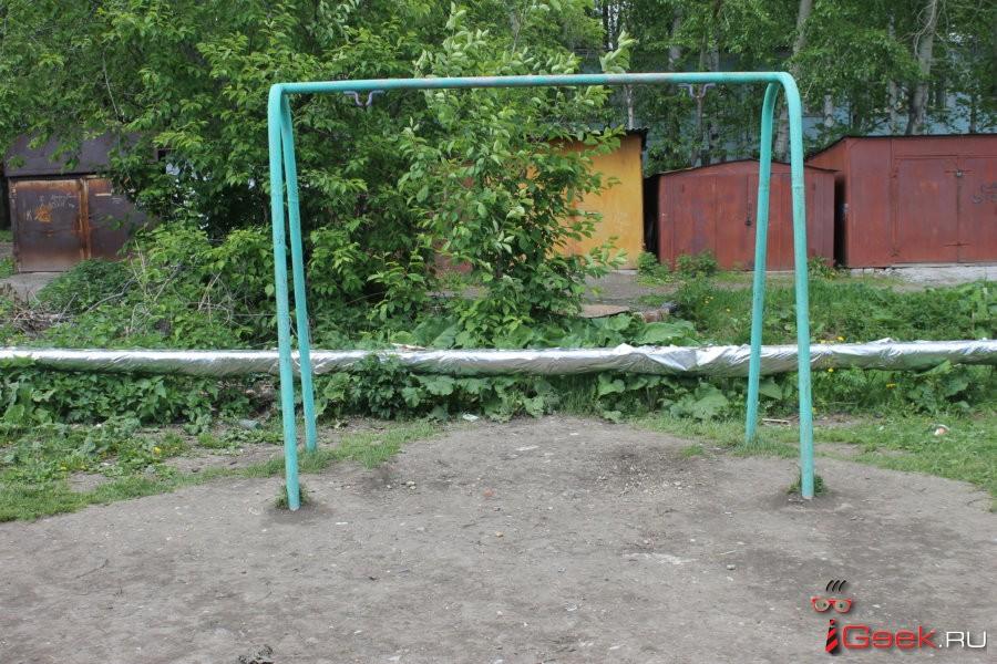 В Серове девочка травмировалась, качаясь во дворе на качелях