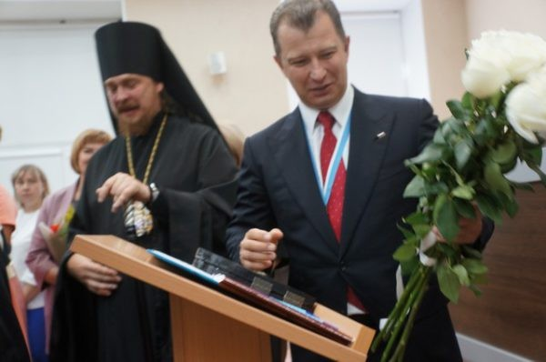 Василию Сизикову вручили ключ от Серова: «Начинай строить здесь дом»