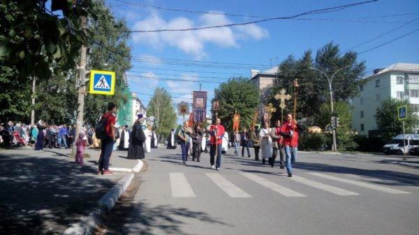 Крестный ход в Серове возглавили епископ, мэр и управляющий округом