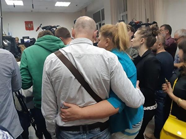 В Москве суд отпустил из СИЗО Анну Павликову и Марию Дубовик — девушек, обвиняемых по делу «Нового величия»