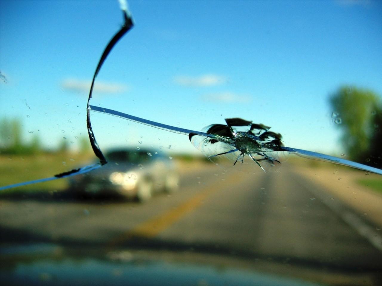 Профессиональное устранение трещин и сколов на автостекле